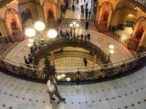 A mix of tourists and lobbyists milled about the rotunda of the Illinois Statehouse on Tuesday. (Brian Mackey/WUIS)